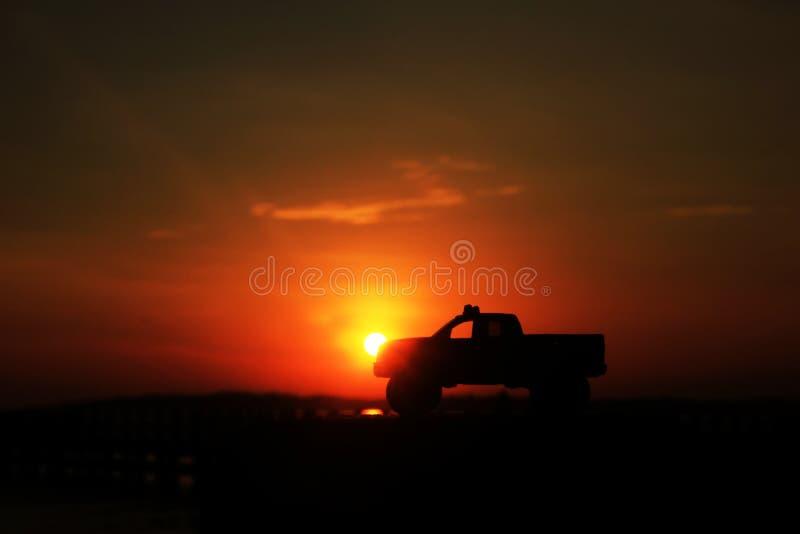 Probolinggo Indonesië 6 juli, 2016 Silhouet van zonsopgangstuk speelgoed auto's op het strand royalty-vrije stock foto's