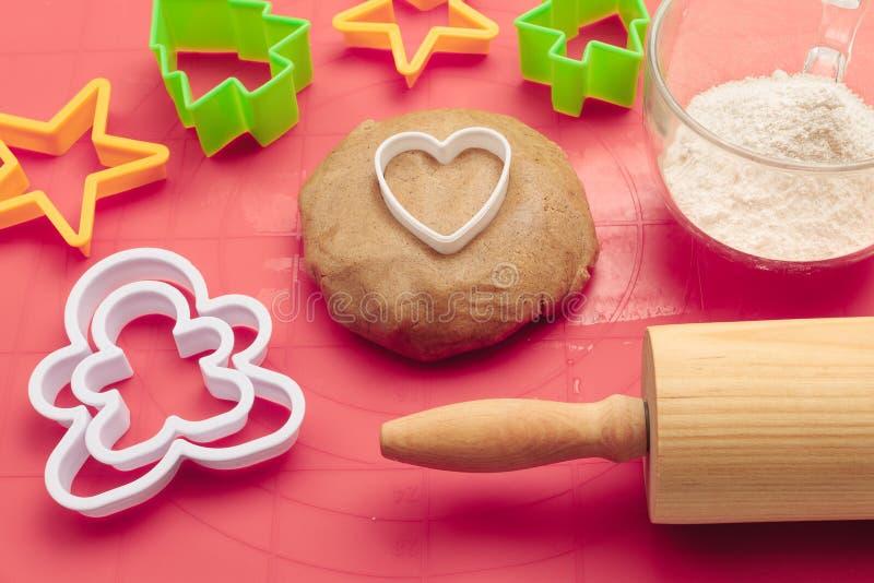 Procédé de boulangerie de Noël images stock