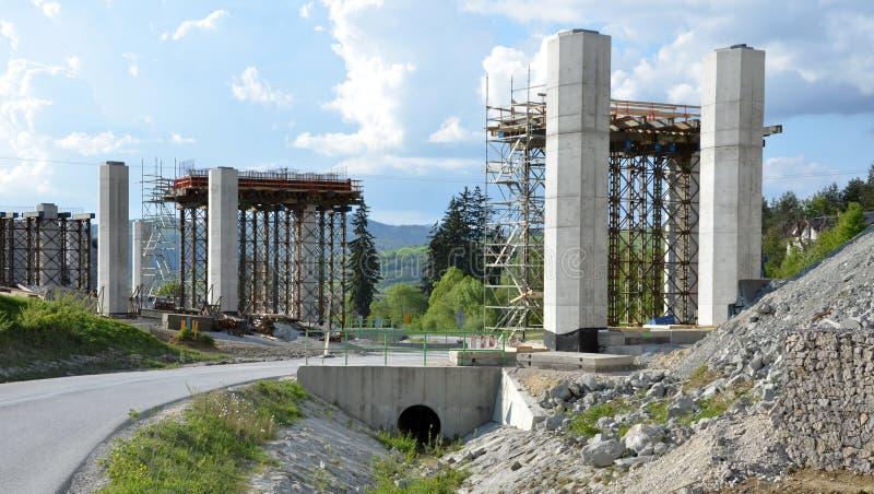 Procédé de construction des piliers, qui vont être une pièce de nouvelle route photos libres de droits