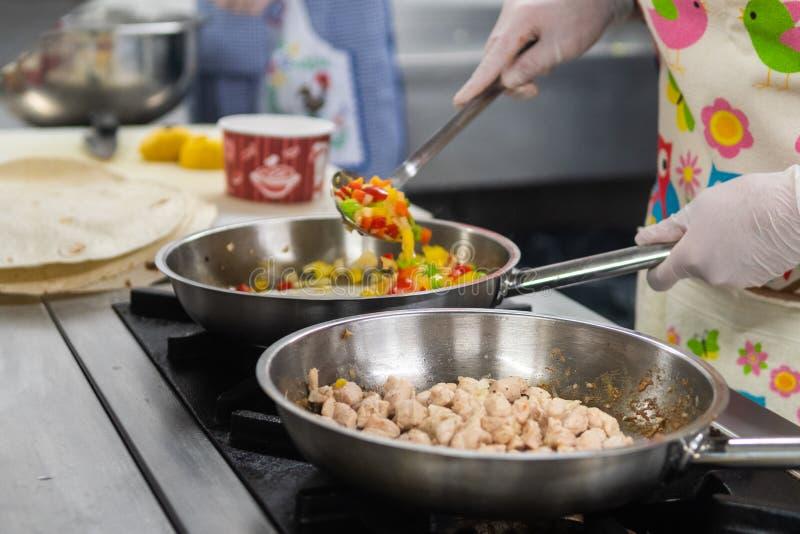 Procédé de cuisson avec les matériaux savoureux images stock