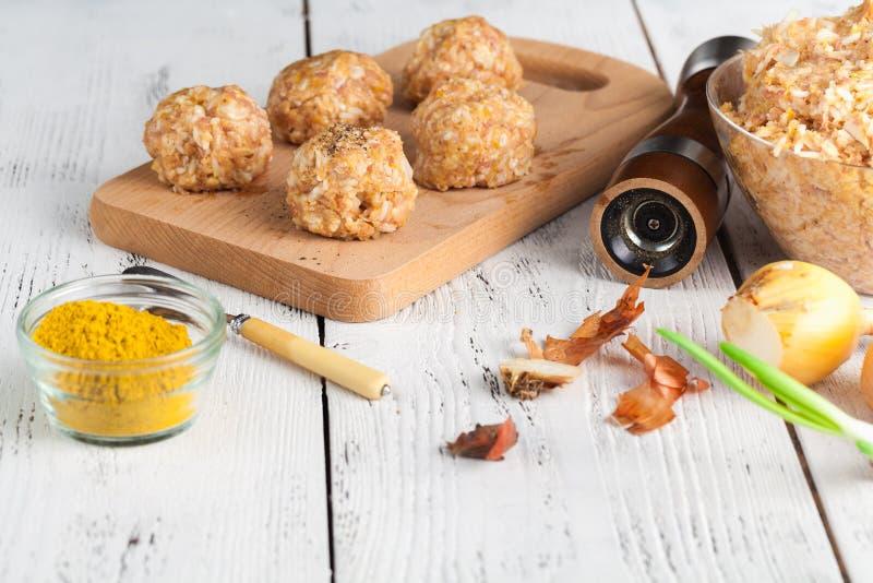 Procédé de cuisson cru de boulette de viande de poulet de régime photos libres de droits