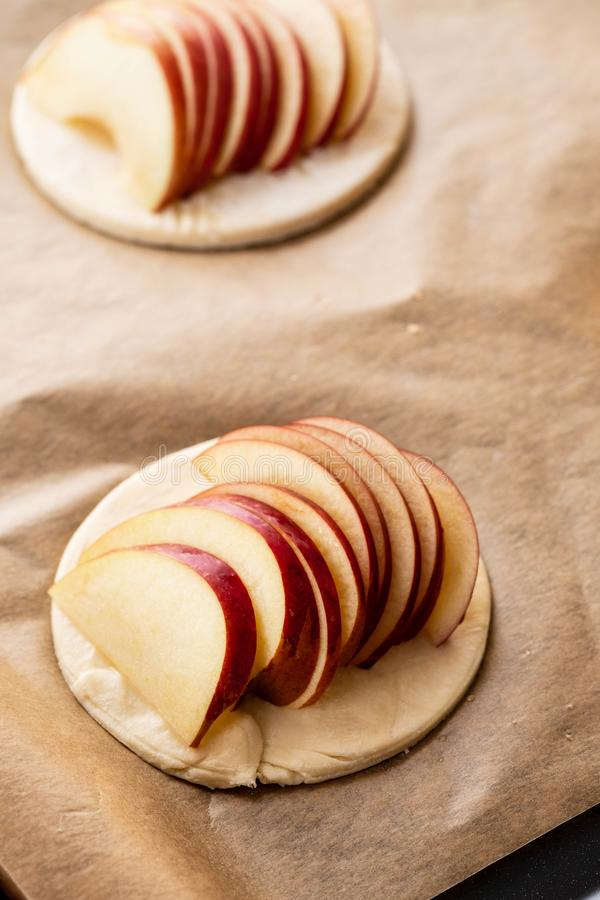 Procédé de cuisson du galetta, biscuit avec des pommes sur le fond de papier Secteur d'Apple avec de la cannelle photo libre de droits