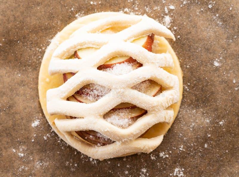 Procédé de cuisson du galetta, biscuit avec des pommes sur le fond de papier Secteur d'Apple avec de la cannelle image stock