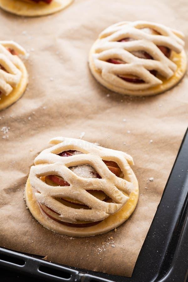 Procédé de cuisson du galetta, biscuit avec des pommes sur le fond de papier Secteur d'Apple avec de la cannelle images stock