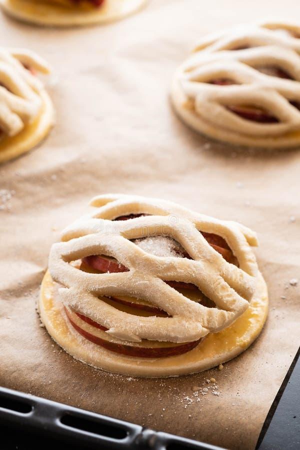 Procédé de cuisson du galetta, biscuit avec des pommes sur le fond de papier Secteur d'Apple avec de la cannelle photo stock