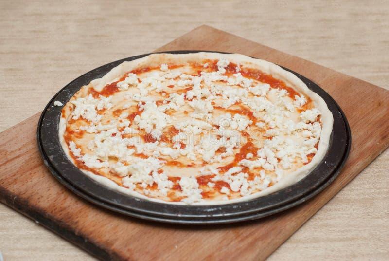 Procédé de cuisson fait maison de pizza sur le conseil en bois Étape-par-étape de processus Pâte de pizza avec des pâtes et Chess photos stock