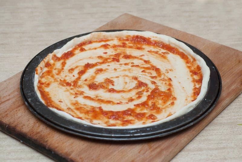 Procédé de cuisson fait maison de pizza sur le conseil en bois Étape-par-étape de processus Pâte de pizza avec des pâtes et des i images stock