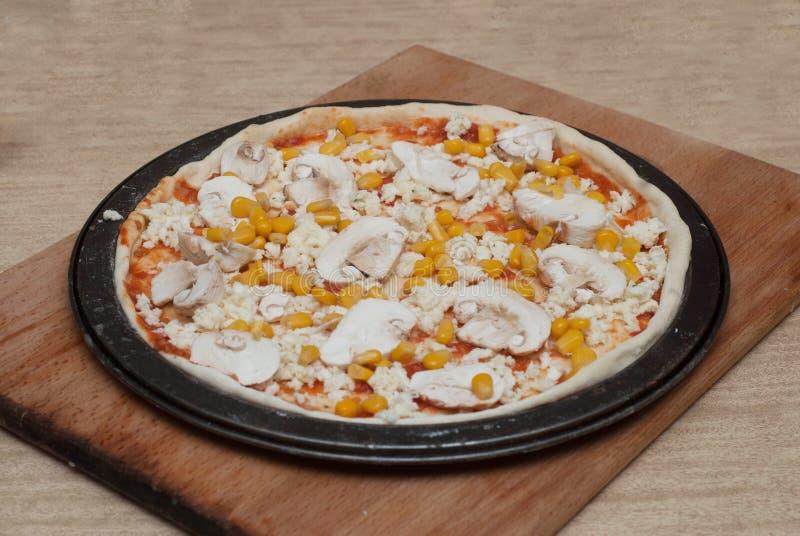 Procédé de cuisson fait maison de pizza sur le conseil en bois Étape-par-étape de processus Pâte de pizza avec des pâtes de tomat photographie stock