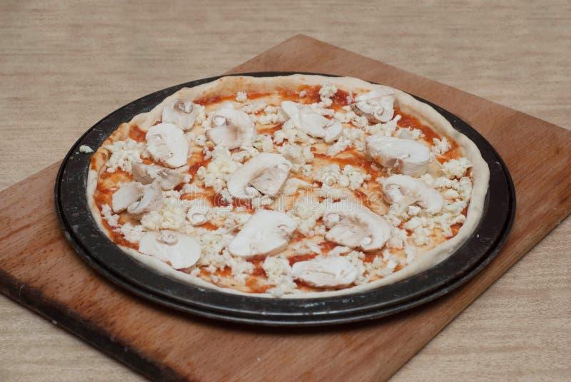 Procédé de cuisson fait maison de pizza sur le conseil en bois Étape-par-étape de processus Pâte de pizza avec des pâtes de tomat photo stock