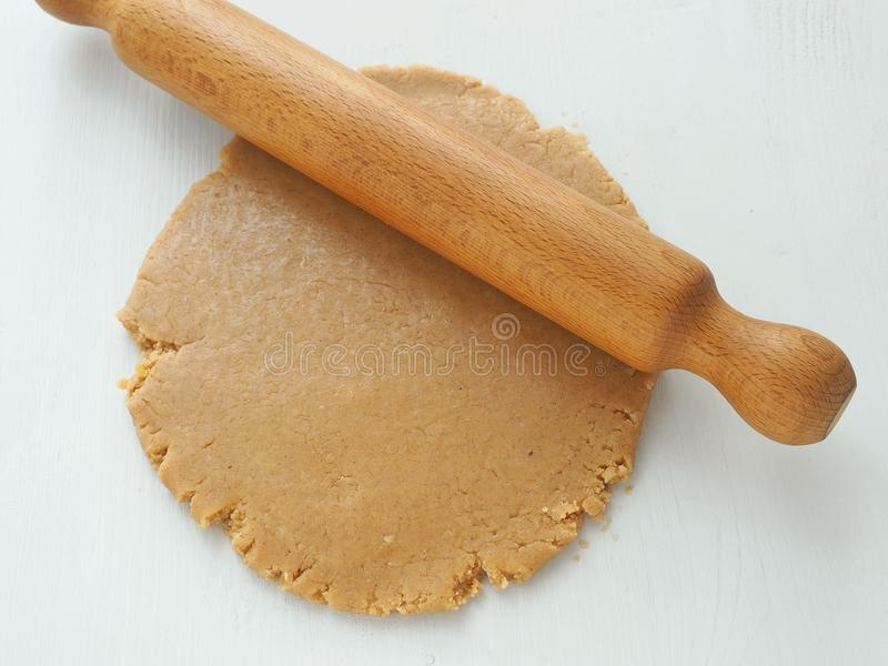 Procédé de cuisson Pâte de roulement pour le pain d'épice, les biscuits, sablé, gâteaux, pâtisseries, ou pizza avec la goupille image stock