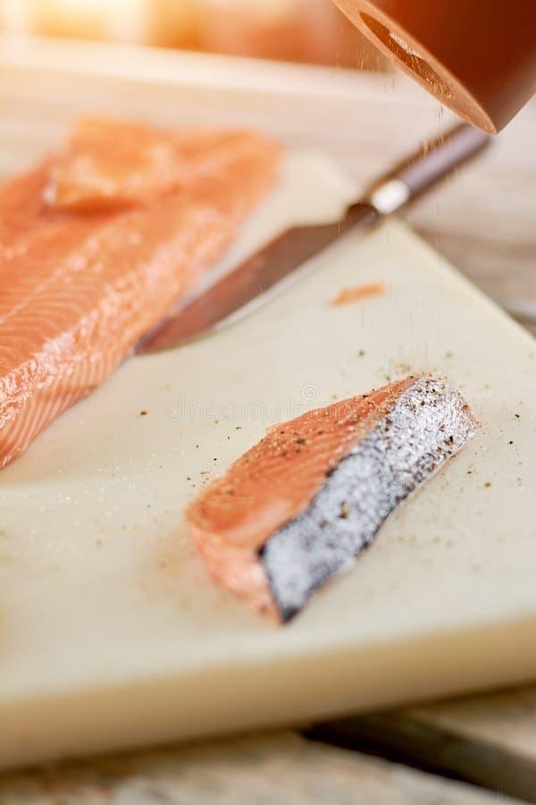 Procédé de cuisson saumoné cru photo stock