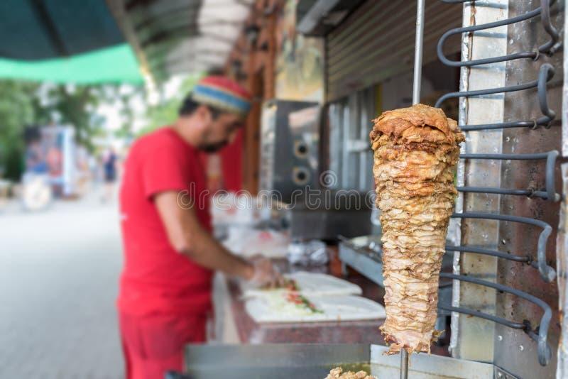 Procédé de cuisson de shawarma, viande turque traditionnelle, déroulement des opérations images libres de droits