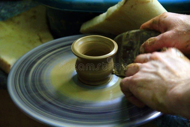 Procédé de fabrication de poterie En céramique de l'argile Potier dans le travail Art de la poterie photos stock