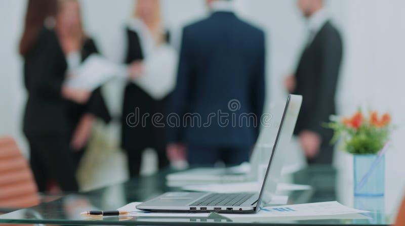 Procédé de travail d'équipe Jeune équipage d'affaires dans le grand bureau de grenier Lapto image libre de droits