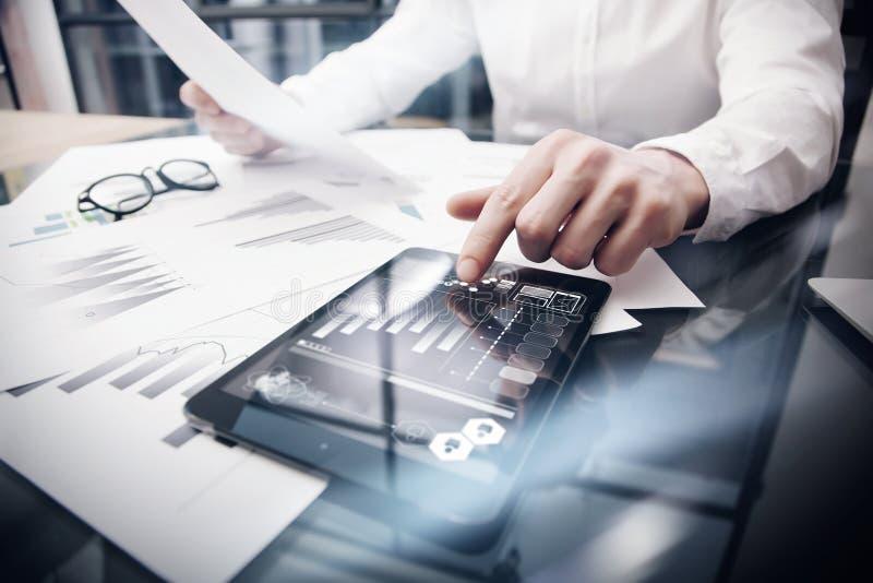 Procédé de travail de gestion des risques Décrivez la Tablette fonctionnante d'écran tactile de documents de rapport du marché de photographie stock libre de droits