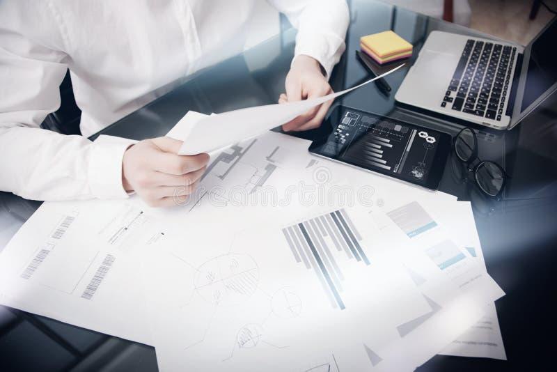 Procédé de travail de gestion des risques Documents travaillants de rapport du marché de commerçant de photo Utilisez l'appareil  images libres de droits
