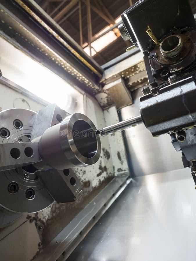 Procédé de usinage de métal ouvré industriel par l'outil de coupe sur la commande numérique par ordinateur l images libres de droits