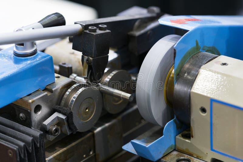 Procédé de usinage de métal ouvré industriel des véhicules à moteur par l'outil de coupe sur le meulage de commande numérique par images stock