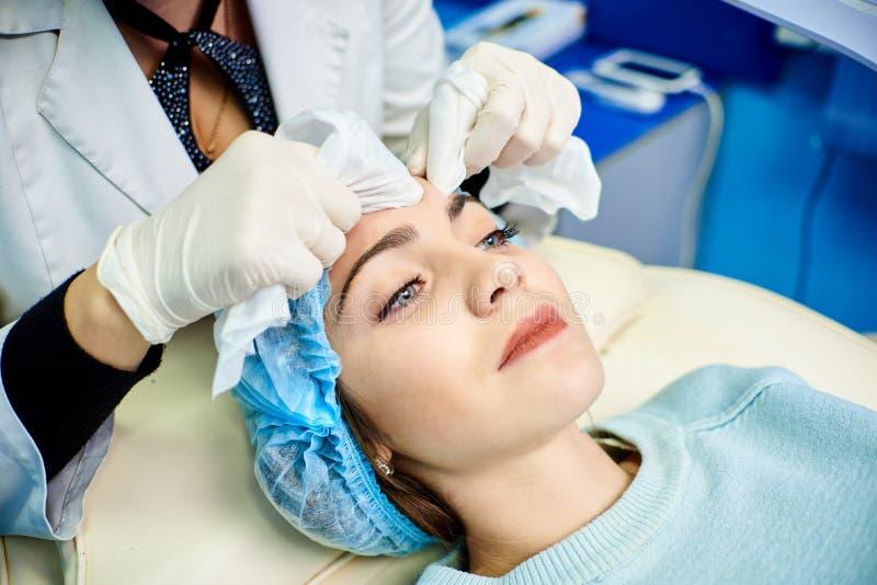 Procédure cosmétique, nettoyage de peau images libres de droits