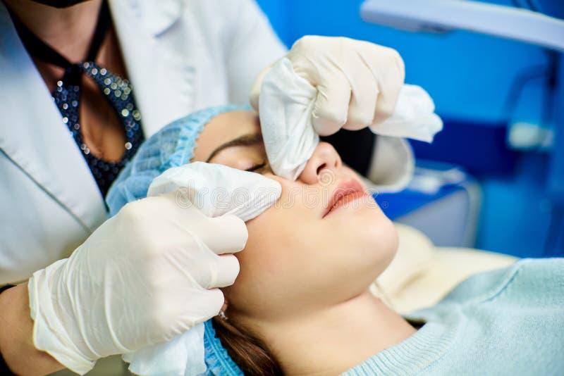 Procédure cosmétique, nettoyage de peau photos libres de droits