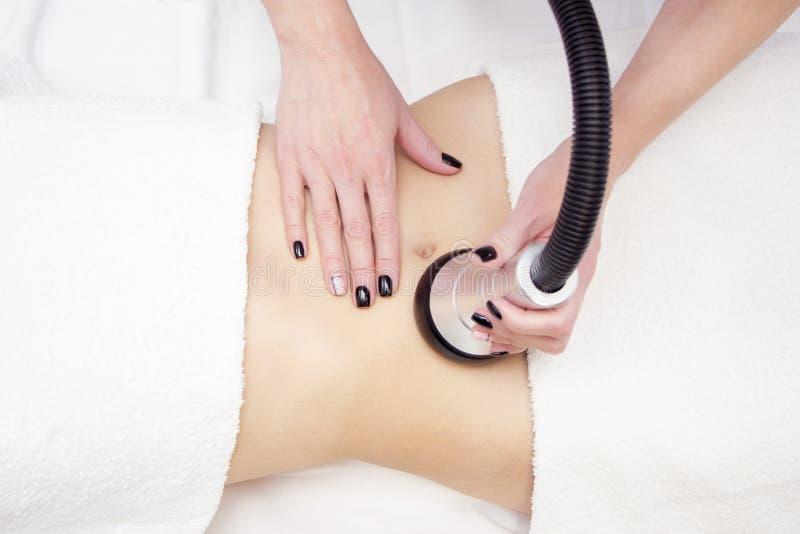 Procédure d'enlèvement de la cellulite sur l'abdomen de la femelle, massage du ventre de cavitation Massage ultrasonore pour pert photos libres de droits