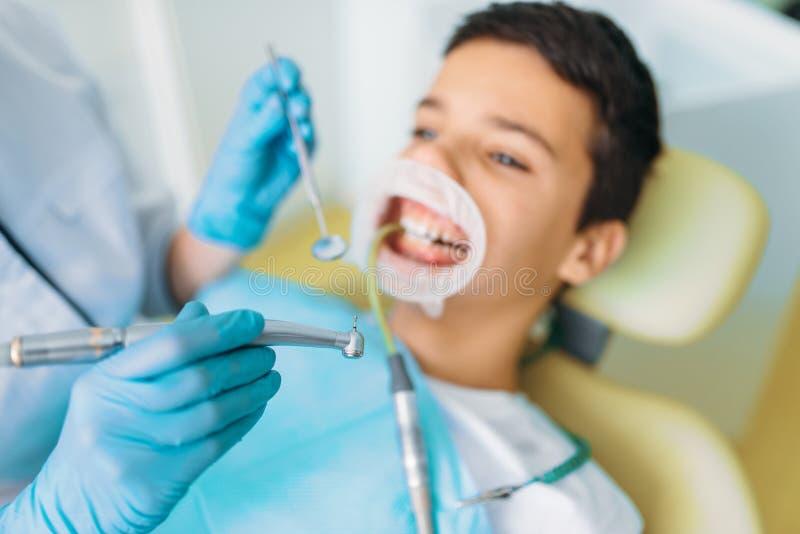 Procédure d'installation de phoque, stomatologie d'enfants image libre de droits