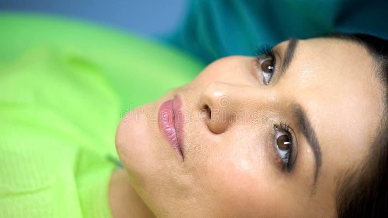 Procédure de attente de patient féminin calme à la chaise de dentiste, modélisation de dent image libre de droits