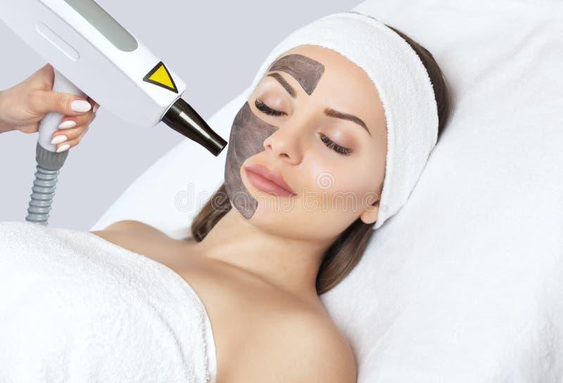 Procedimento da casca da cara de carbono em um salão de beleza Cosmetologia do hardware fotografia de stock royalty free