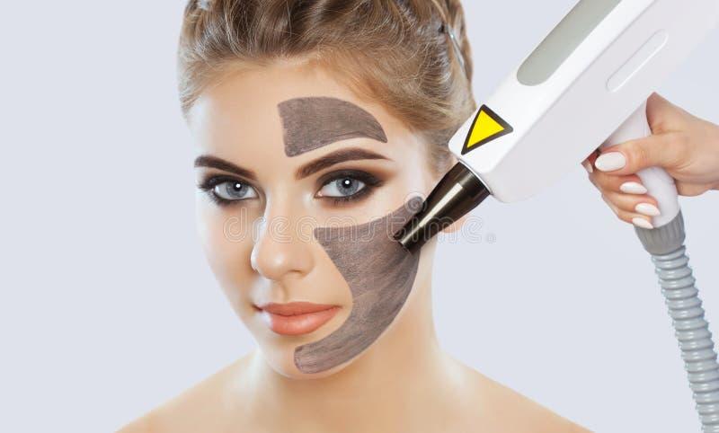Procedimento da casca da cara de carbono em um salão de beleza Tratamento da cosmetologia do hardware imagens de stock royalty free