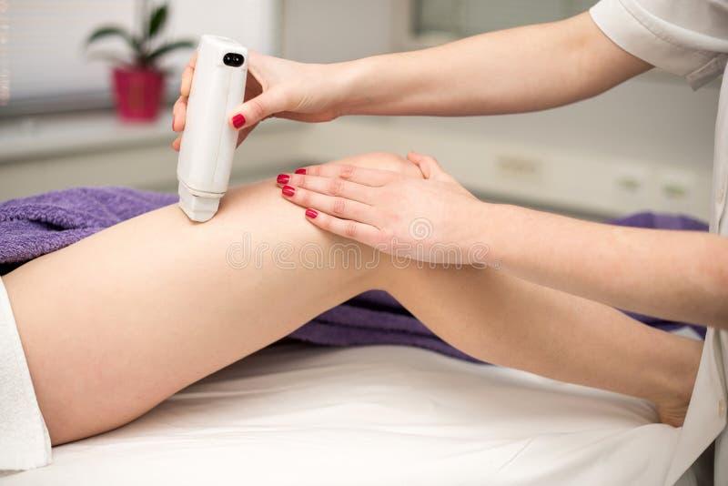 Procedimento da cosmetologia da remoção do cabelo de um terapeuta no cosmético foto de stock royalty free