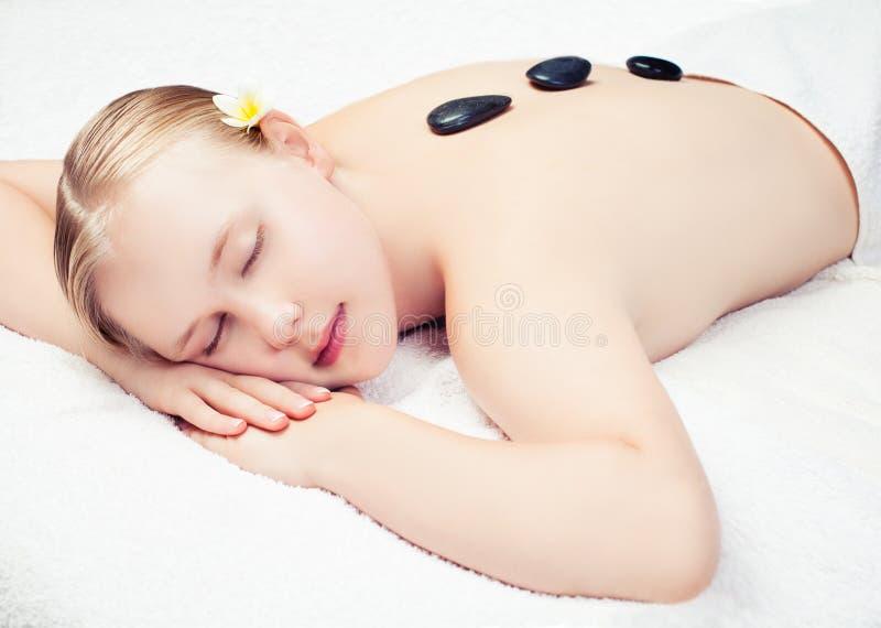 Procedimento da massagem dos termas Jovem mulher bonita que obt?m a massagem dos termas Relaxe o conceito imagem de stock royalty free