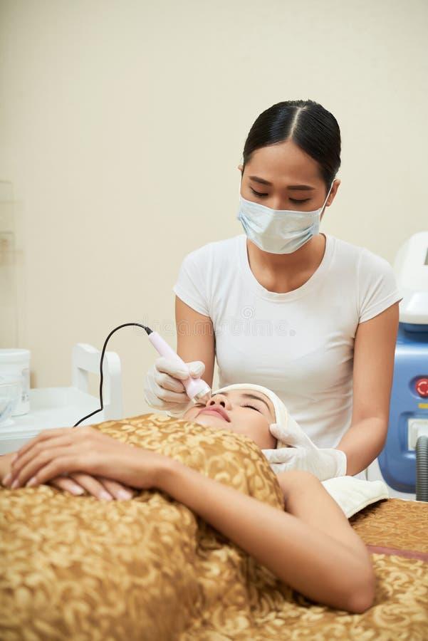 Procedimento de Cosmetological para a cara imagem de stock