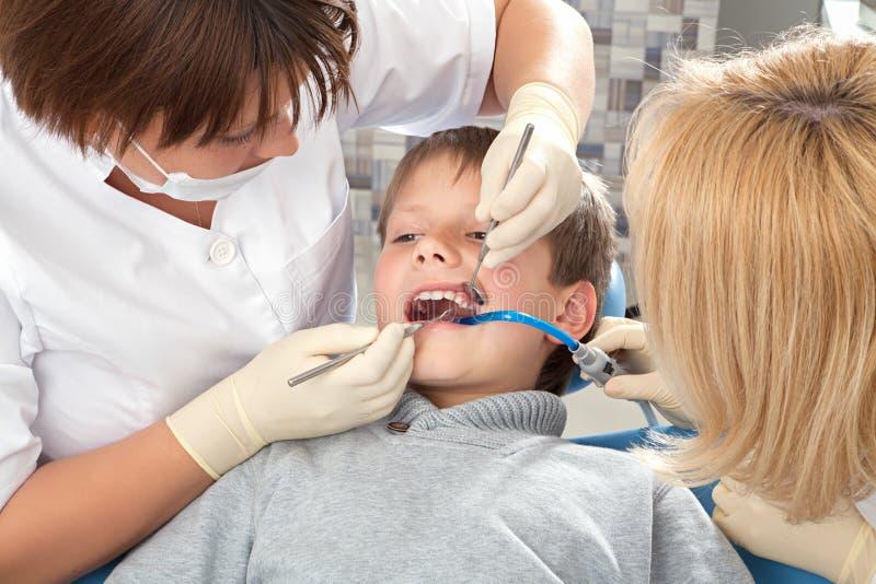 Procedimento no dentista imagem de stock