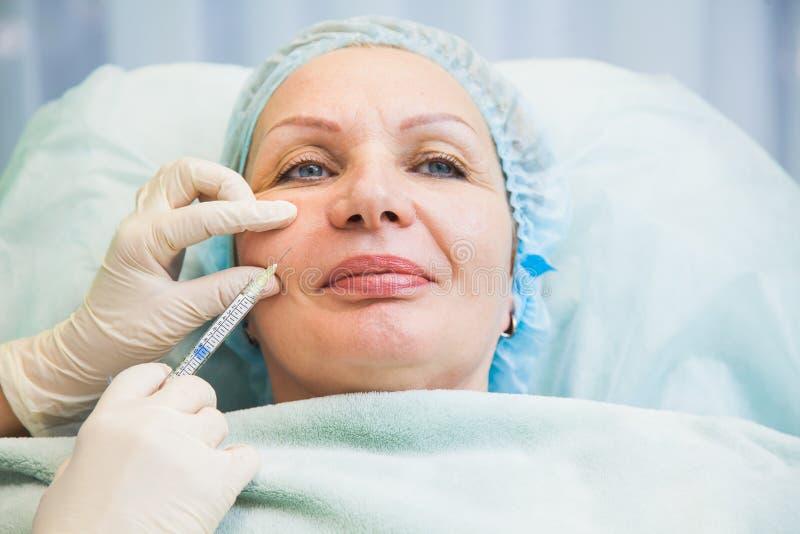 Procedimiento cosmetologic de la piel del rejuvenecimiento de la inyección de la mujer mayor fotos de archivo