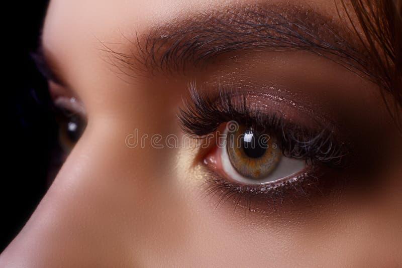 Procedimiento de la extensión de la pestaña Ojo de la mujer con las pestañas largas después del procedimiento de la extensión Pes fotos de archivo libres de regalías