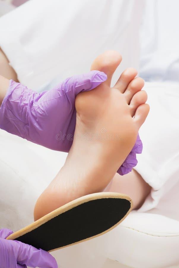 Procedimiento de la pedicura de los pies de la peladura en salón del BALNEARIO foto de archivo libre de regalías