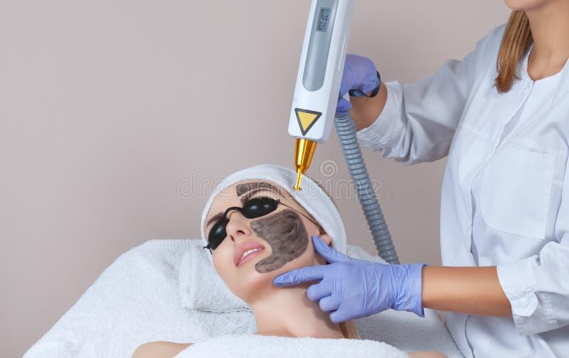 Procedimiento de la peladura de la cara de carbono en un salón de belleza Tratamiento de la cosmetología del hardware imagen de archivo libre de regalías