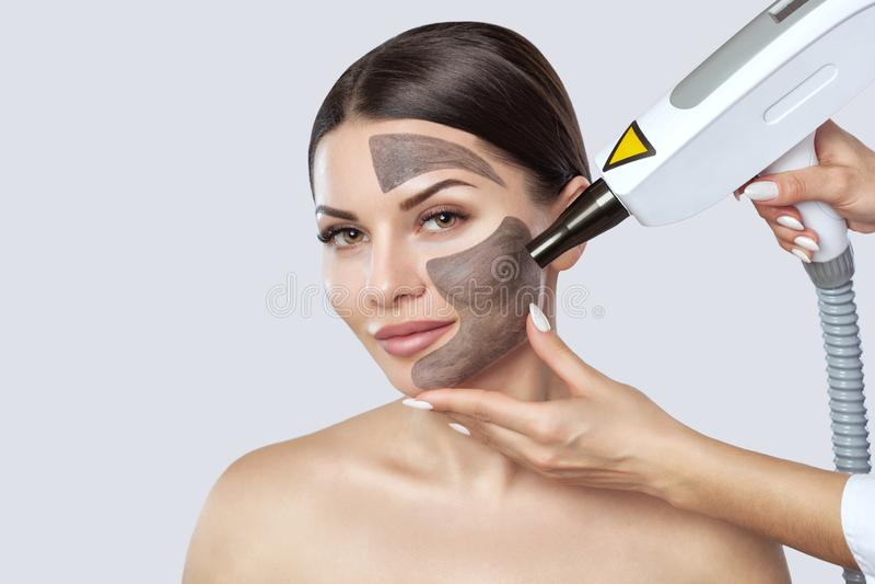 Procedimiento de la peladura de la cara de carbono en un salón de belleza fotografía de archivo libre de regalías