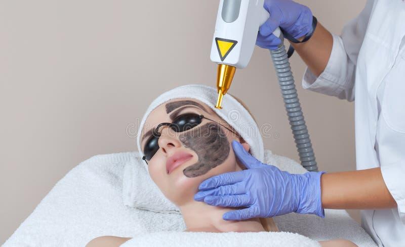 Procedimiento de la peladura de la cara de carbono en un salón de belleza Treatmen de la cosmetología del hardware fotos de archivo