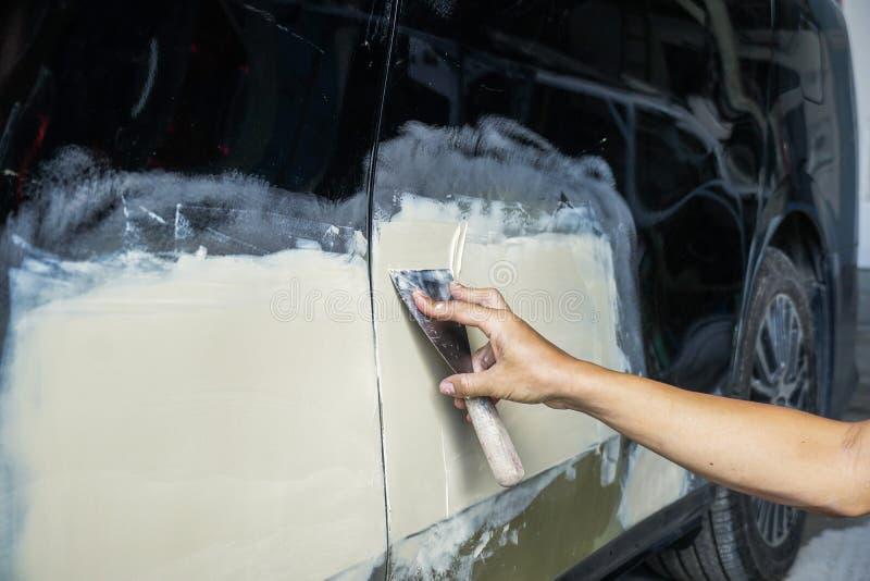 Procedimiento en la tienda auto del servicio, accidente de tráfico de la pintura del coche en t fotos de archivo libres de regalías