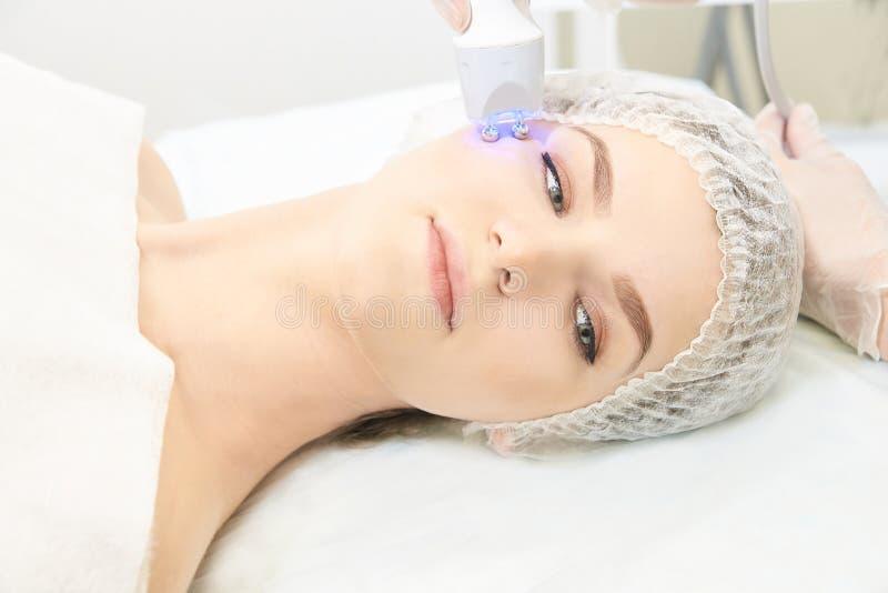 Procedimiento ligero de la terapia Cure el tratamiento de la belleza Dispositivo del facial de la mujer Edad anti y arruga imagen de archivo