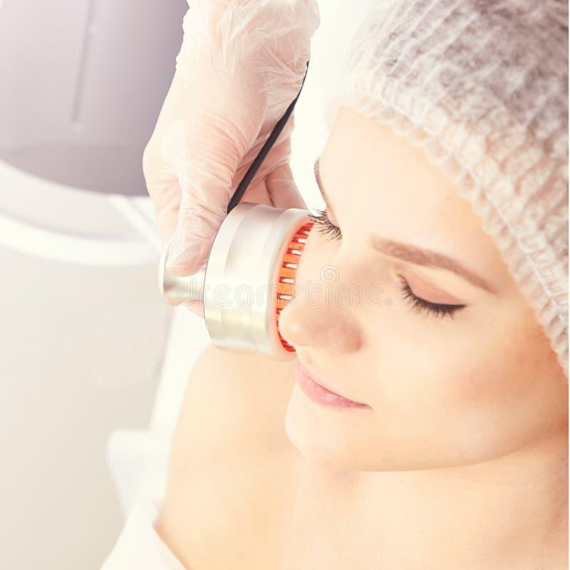 Procedimiento ligero de la terapia Cure el tratamiento de la belleza Dispositivo del facial de la mujer Edad anti y arruga fotos de archivo