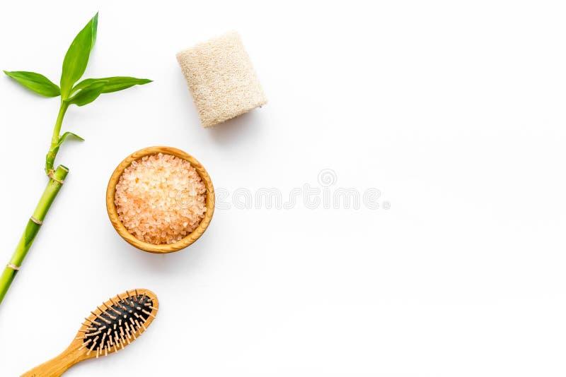 Procedura asiatica della stazione termale con il concetto naturale degli ingredienti Ramo di bambù, cosmetici della stazione term immagini stock libere da diritti