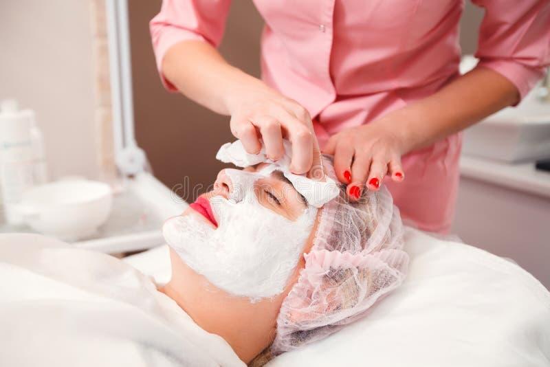 Procedura cosmetica nel salone della stazione termale immagine stock
