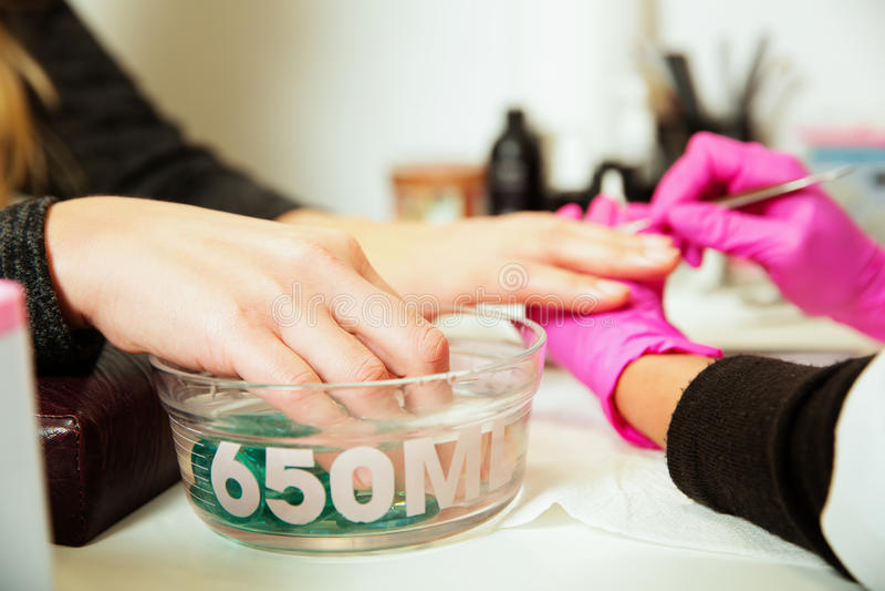 Procedura del manicure con le mani femminili fotografia stock
