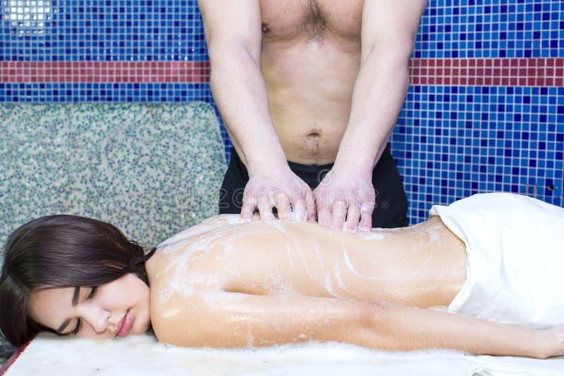 Procedura del massaggio della schiuma nel bagno turco immagine stock libera da diritti