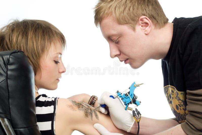 Procedura del tatuaggio immagine stock