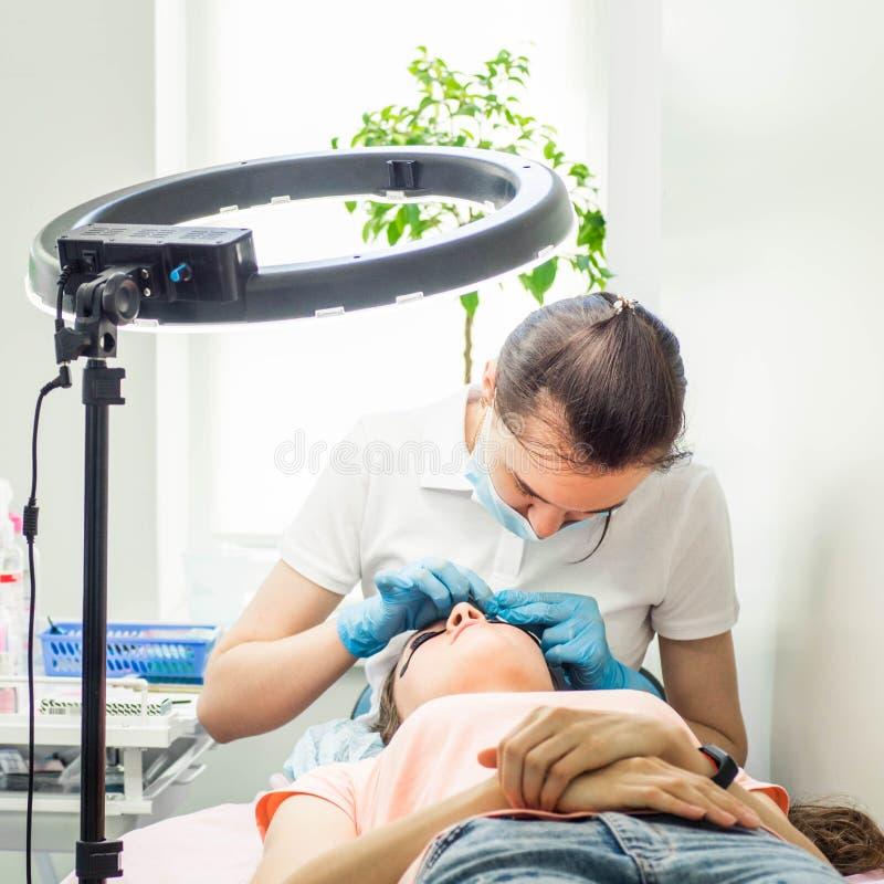 Procedura della laminazione del ciglio Macchiando, arricciare, laminante, ascensore della sferza Estensione del ciglio immagine stock
