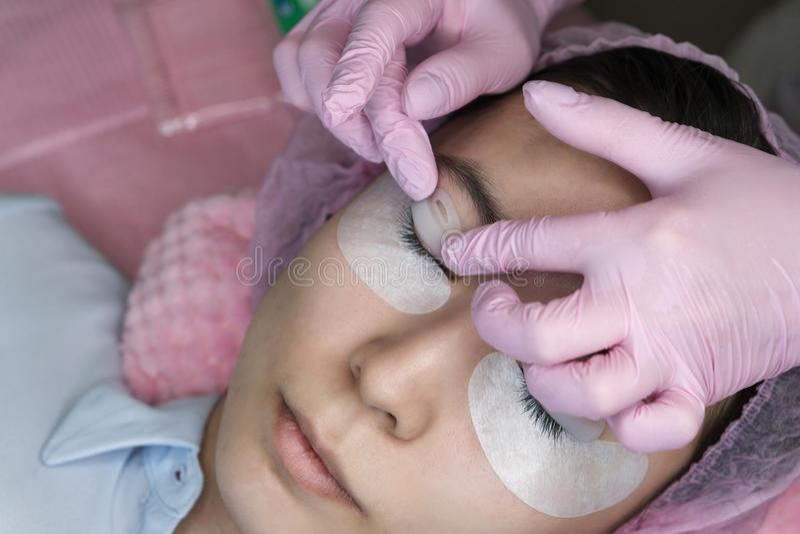 Procedura di estensione del ciglio Occhio della donna con i cigli lunghi fotografie stock