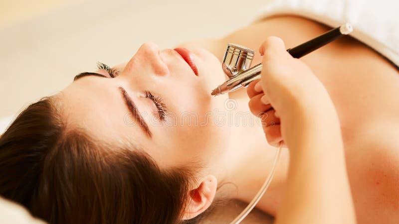 Procedura di Microdermabrasion Sfaldamento meccanico, lucidatura del diamante Modello, primo piano Clinica di Cosmetological fotografie stock libere da diritti